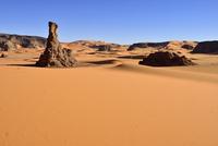 Algeria, Tassili n' Ajjer, Tadrart, Sahara, Tassili n' Ajjer National Park, View to the sanddunes and rocks of Moul Naga