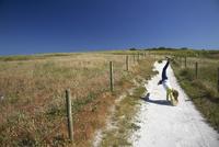 France, Bretagne, Finistere, Trevignon, Girl doing a wheelchair on way to the beach 20025330824| 写真素材・ストックフォト・画像・イラスト素材|アマナイメージズ