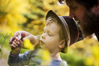 Portrait of little boy exploring nature with magnifying glass 20025330951| 写真素材・ストックフォト・画像・イラスト素材|アマナイメージズ