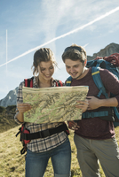 Austria, Tyrol, Tannheimer Tal, young hikers looking at map 20025331198| 写真素材・ストックフォト・画像・イラスト素材|アマナイメージズ