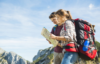 Austria, Tyrol, Tannheimer Tal, young hikers looking at map 20025331202| 写真素材・ストックフォト・画像・イラスト素材|アマナイメージズ