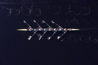 Elevated view of female's rowing eight in water 20025331213| 写真素材・ストックフォト・画像・イラスト素材|アマナイメージズ