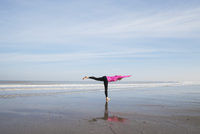 Belgium, Flanders, woman doing yoga exercise on the beach 20025331278| 写真素材・ストックフォト・画像・イラスト素材|アマナイメージズ