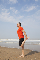 Belgium, Flanders, man doing yoga exercise on the beach 20025331281| 写真素材・ストックフォト・画像・イラスト素材|アマナイメージズ