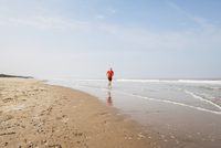 Belgium, Flanders, man jogging at seafront 20025331283  写真素材・ストックフォト・画像・イラスト素材 アマナイメージズ