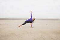 Belgium, Flanders, woman doing yoga exercises on the beach 20025331305| 写真素材・ストックフォト・画像・イラスト素材|アマナイメージズ