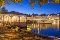 Switzerland, Luzern, lighted shipping pier and Art Noueveau pavilion at evening twilight 20025331357| 写真素材・ストックフォト・画像・イラスト素材|アマナイメージズ