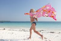 Tanzania, Zanzibar Island, girl with cloth running on the beach at seafront 20025331403| 写真素材・ストックフォト・画像・イラスト素材|アマナイメージズ