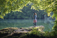Germany, Bavaria, back view of a woman standing at a lake 20025331441| 写真素材・ストックフォト・画像・イラスト素材|アマナイメージズ