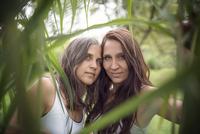 Portrait of twin sisters 20025331484| 写真素材・ストックフォト・画像・イラスト素材|アマナイメージズ