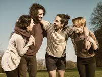 Group of four friends having fun 20025331498| 写真素材・ストックフォト・画像・イラスト素材|アマナイメージズ