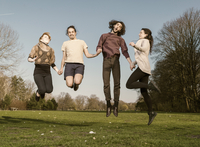 Four friends on a meadow jumping together in the air 20025331499| 写真素材・ストックフォト・画像・イラスト素材|アマナイメージズ