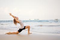 Sri Lanka, Kabalana, young woman practicing yoga on the beach 20025331549| 写真素材・ストックフォト・画像・イラスト素材|アマナイメージズ
