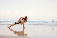 Sri Lanka, Kabalana, young woman practicing yoga on the beach 20025331550| 写真素材・ストックフォト・画像・イラスト素材|アマナイメージズ