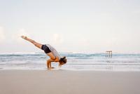 Sri Lanka, Kabalana, young woman practicing yoga on the beach 20025331551| 写真素材・ストックフォト・画像・イラスト素材|アマナイメージズ