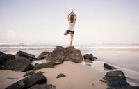 Sri Lanka, Kabalana, young woman practicing yoga on the beach 20025331553| 写真素材・ストックフォト・画像・イラスト素材|アマナイメージズ