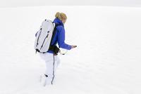 Woman prepating for ski tour, carrying avalanche ABS 20025331598| 写真素材・ストックフォト・画像・イラスト素材|アマナイメージズ
