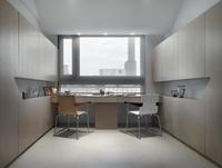Modern home office with double desks 20025340647| 写真素材・ストックフォト・画像・イラスト素材|アマナイメージズ