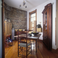 EATING AREAS - Interior of rooftop cottage, shaker style interior, antiques, wood floors and exposed brick wall, early farm tabl 20025340856| 写真素材・ストックフォト・画像・イラスト素材|アマナイメージズ