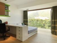 Study desk with scenic view in contemporary bedroom; Scottsdale; USA 20025341053  写真素材・ストックフォト・画像・イラスト素材 アマナイメージズ