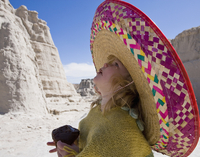 Side profile of a baby girl wearing a sunhat and looking up 20025341100| 写真素材・ストックフォト・画像・イラスト素材|アマナイメージズ
