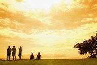 Rear view of five people on the beach, Tahiti, French Polynesia 20025341124| 写真素材・ストックフォト・画像・イラスト素材|アマナイメージズ