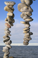 Stacks of pebbles with sea in the background 20025341171| 写真素材・ストックフォト・画像・イラスト素材|アマナイメージズ