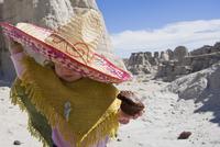 Baby girl wearing a sunhat 20025341184| 写真素材・ストックフォト・画像・イラスト素材|アマナイメージズ