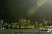 Tourists sitting on a boat in the sea, Tahiti, French Polynesia 20025341364| 写真素材・ストックフォト・画像・イラスト素材|アマナイメージズ