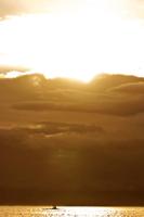 Silhouette of a person rowing a boat, Tahiti, French Polynesia 20025341374| 写真素材・ストックフォト・画像・イラスト素材|アマナイメージズ