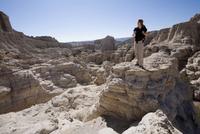 Young man standing on a rock 20025341536  写真素材・ストックフォト・画像・イラスト素材 アマナイメージズ