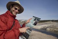 Tourist pointing at a map,Yellowstone National Park,USA 20025341712| 写真素材・ストックフォト・画像・イラスト素材|アマナイメージズ