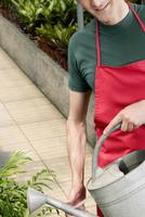 Man watering plants 20025341736| 写真素材・ストックフォト・画像・イラスト素材|アマナイメージズ