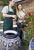 Customer buying a decorative urn 20025341750  写真素材・ストックフォト・画像・イラスト素材 アマナイメージズ