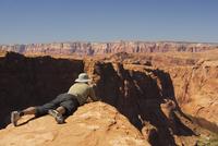 Man taking a picture of cliffs,Horseshoe Bend,Page,Arizona,USA 20025341752| 写真素材・ストックフォト・画像・イラスト素材|アマナイメージズ