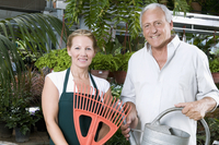 Couple standing together in a greenhouse and smiling 20025341857| 写真素材・ストックフォト・画像・イラスト素材|アマナイメージズ