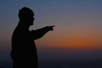 Silhouette of a man pointing towards horizon,San Francisco Bay,San Francisco,California,USA 20025341871| 写真素材・ストックフォト・画像・イラスト素材|アマナイメージズ