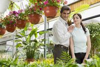 Couple choosing plants in a greenhouse 20025341903| 写真素材・ストックフォト・画像・イラスト素材|アマナイメージズ