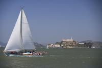 Sailboat in the sea with a prison in the background,Alcatraz Prison,Alcatraz Island,San Francisco Bay,San Francisco,California,U 20025341905| 写真素材・ストックフォト・画像・イラスト素材|アマナイメージズ