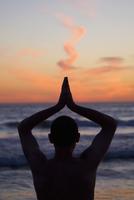 Man practicing yoga on the beach,Santa Monica,Los Angeles County,California,USA 20025341981| 写真素材・ストックフォト・画像・イラスト素材|アマナイメージズ
