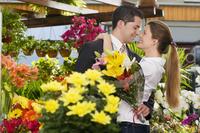 Couple romancing at a flower shop 20025342027| 写真素材・ストックフォト・画像・イラスト素材|アマナイメージズ