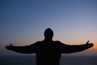 Silhouette of a man standing with his arms outstretched,San Francisco Bay,San Francisco,California,USA 20025342058| 写真素材・ストックフォト・画像・イラスト素材|アマナイメージズ