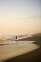 Silhouette of a running boy on the beach 20025342162| 写真素材・ストックフォト・画像・イラスト素材|アマナイメージズ