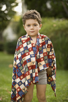 Portrait of a boy wrapped in a towel 20025342178| 写真素材・ストックフォト・画像・イラスト素材|アマナイメージズ