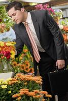 Businessman choosing flowers in a florist's shop 20025342189  写真素材・ストックフォト・画像・イラスト素材 アマナイメージズ