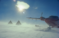 Aircraft on the ground in a blizzard, Antarctica 20025347624| 写真素材・ストックフォト・画像・イラスト素材|アマナイメージズ