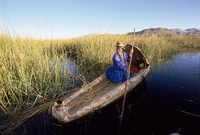 A Uros Indian woman in a traditional reed boat, Islas Flotantes, floating islands, Lake Titicaca, Peru, South America 20025347799| 写真素材・ストックフォト・画像・イラスト素材|アマナイメージズ