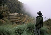 Tourist watches clouds swirl around mountains, Inca Trail, Peru, South America 20025348217| 写真素材・ストックフォト・画像・イラスト素材|アマナイメージズ