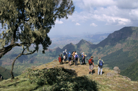 Tourists trekking, Simien Mountains National Park, UNESCO World Heritage Site, Ethiopia, Africa 20025348332| 写真素材・ストックフォト・画像・イラスト素材|アマナイメージズ