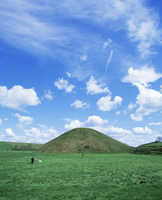 Largest man made mound in Europe, purpose unknown, Silbury Hill, Wiltshire, England, United Kingdom, Europe